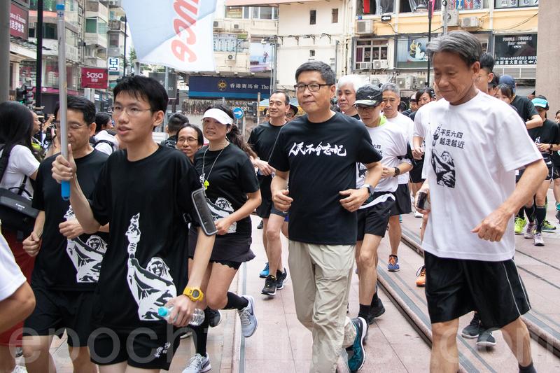 包括佔中發起人之一的陳健民在內的人士,在銅鑼灣時代廣場加入長跑隊伍。(蔡雯文/大紀元)