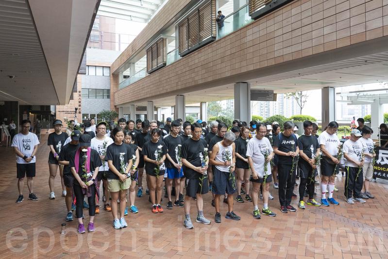 長跑隊伍大約在中午12時抵達香港大學校園,由支聯會帶領默哀1分鐘。(李逸/大紀元)