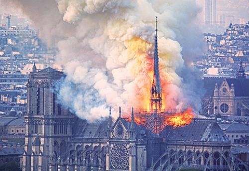 尖塔首先陷入海,塔頂隨後倒塌。(Geoffroy VAN DER HASSELT/AFP)