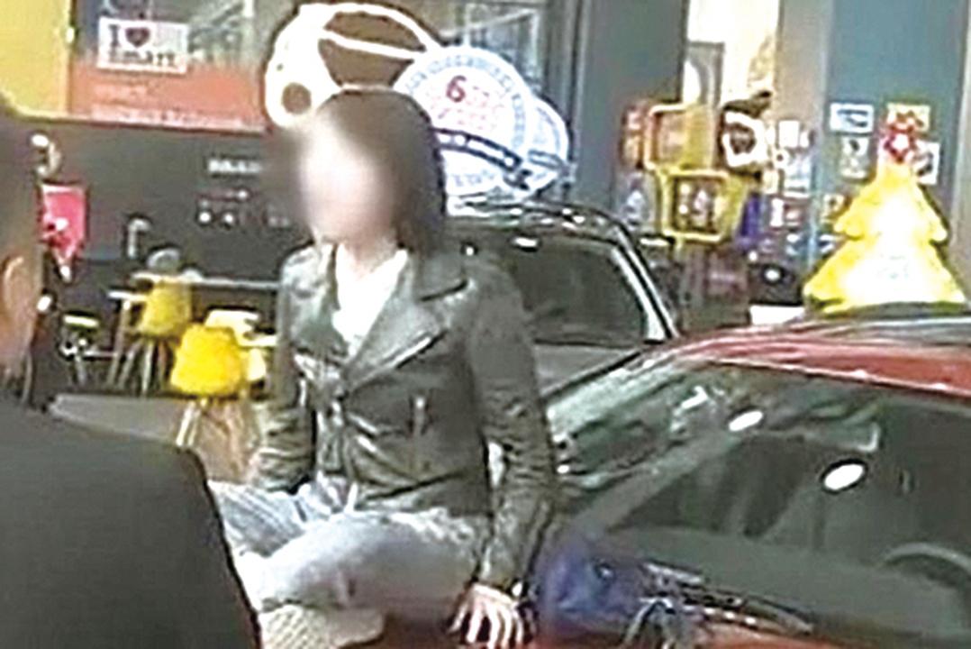 西安奔馳女車主哭訴維權的影片中,親述被迫付1.5 萬的金融服務費,踢爆大陸車市潛規則。圖為奔馳女車主。( 網絡圖片)