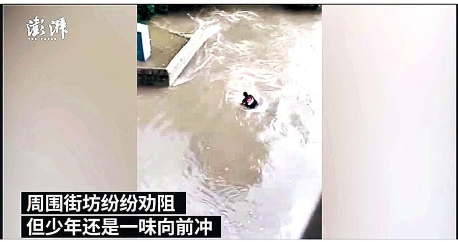 暴雨天男孩騎車過橋 被洪流沖走