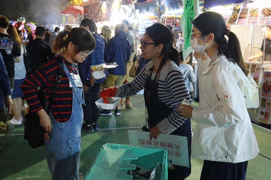 「青衣島民」在青衣戲棚開設流動攤位,方便市民借用餐具。(陳仲明/大紀元)
