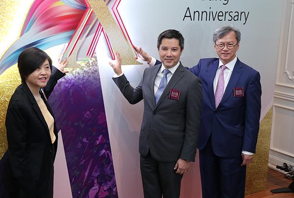 長實執行董事趙國雄(右)出席旗下1881商場開幕十周年記者會。(黃曉翔/大紀元)