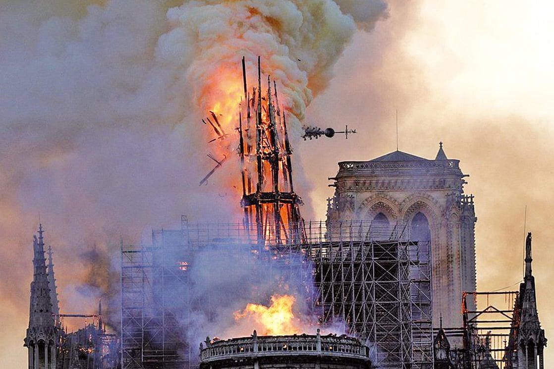 大教堂的尖塔塔頂被燒致倒塌,但主要結構得以保存。(AFP)
