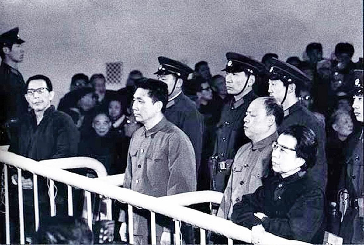 據江青(右一)講話記錄稿提到,鄧小平是「謠言公司總經理」;但「四人幫」垮台後,民眾發現之前所有各種「政治謠言」都成真了。(網絡圖片)