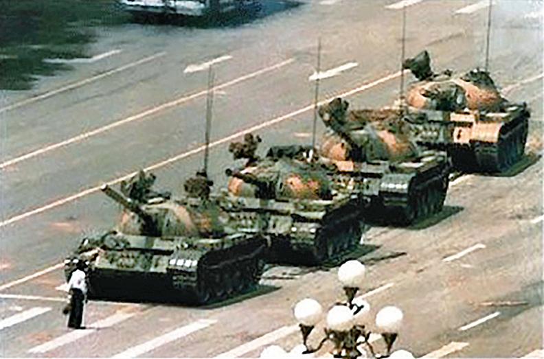 1989年6月4日,「六四天安門大屠殺」慘案震驚國際;但中共發言人謊稱沒有死一個人。圖為當時北京男子以血肉之軀阻擋中共鋼鐵坦克。(六四檔案)