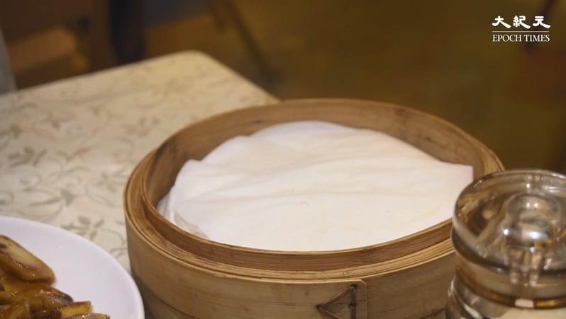 跟片皮鴨上的饃饃皮跟傳統一樣,每一片也用底紙隔著。