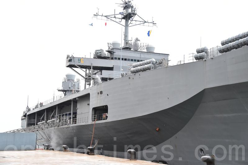 美軍第七艦隊指揮艦藍嶺號早上抵港,停靠在招商局碼頭。(郭威利/大紀元)