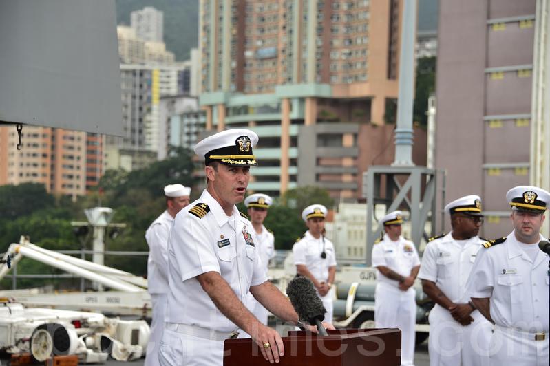 藍嶺號艦長安迪茲(Eric J. Anduze)首次訪港。(郭威利/大紀元)