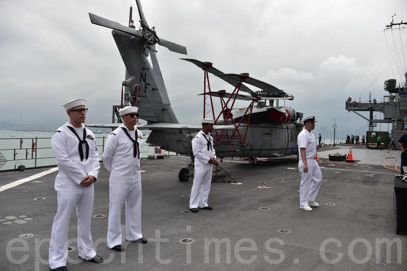 船上逾1,000名官兵,甲板上停有兩架MH-60海鷹直升機,用作搜查及救援等工作。(郭威利/大紀元)