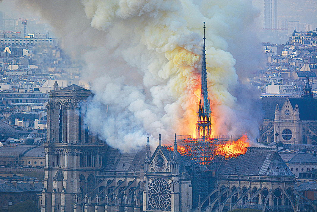 4月15日,巴黎聖母院失火,教堂塔尖墜落,屋頂被燒燬。(HUBERT HITIER/AFP/Getty Images)