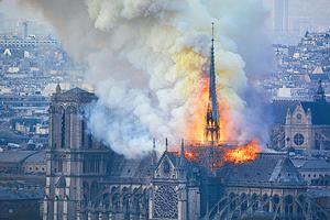 巴黎聖母院的火光 復活節前的震驚