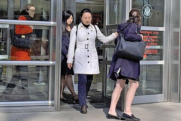 林英(白外套者)17日在認罪後離開紐約東區聯邦法庭。(蔡溶/大紀元)