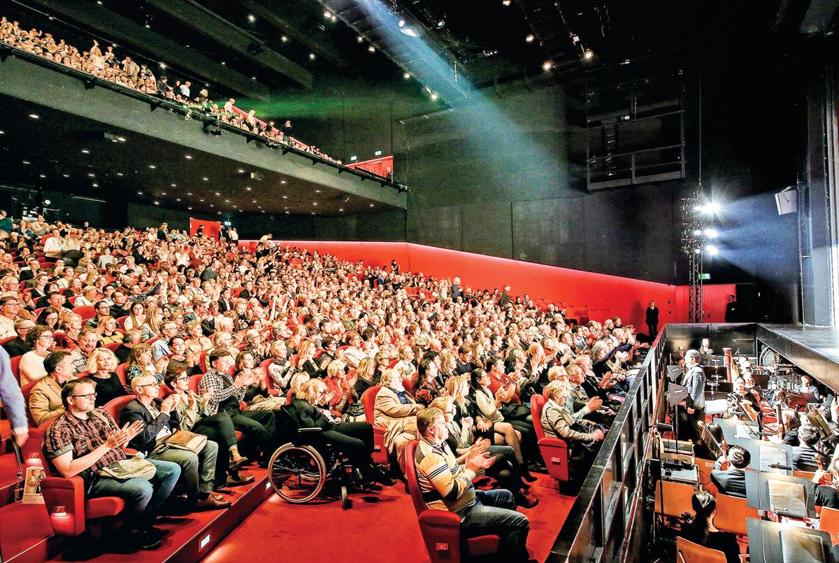 2019年4月8日晚,美國神韻紐約藝術團在瑞士蘇黎世11劇院上演了首場演出,當晚劇院大爆滿。(吳青松/大紀元)