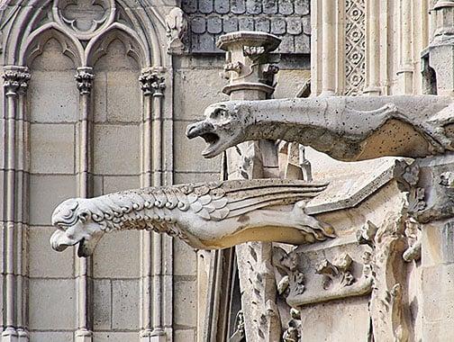 「滴水嘴獸」主要功能是「雨漏」。圖為水平造型、上有溝槽的「滴水嘴獸」,攝於巴黎聖母院。(kossarev56/shutterstock)