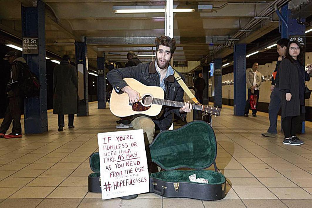 紐約街頭結他手威廉博亞吉安(Will Boyajian)創立慈善基金會「希望之箱」(Hopeful Cases),啟動愛的循環。(Hopeful Cases/Facebook)