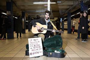 善心紐約地鐵結他手 唱歌只為創造愛的循環