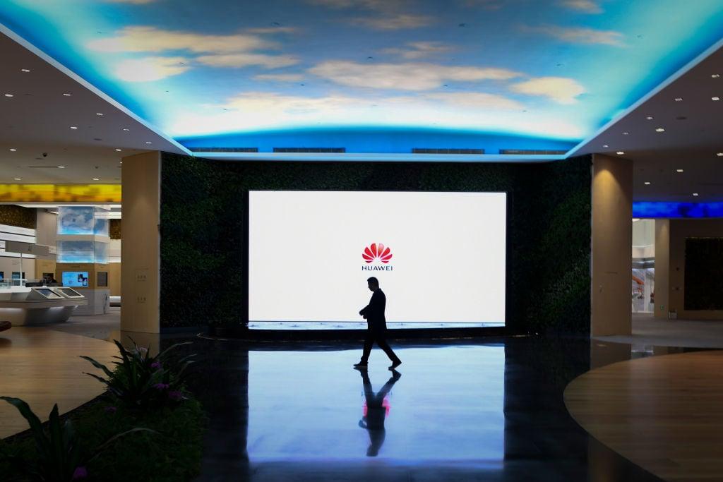 華為被指接受來自中共軍方和情報安全部門的資金。圖為2019年深圳市華為數字化轉型展上的一個屏幕。(WANG ZHAO/AFP/Getty Images)