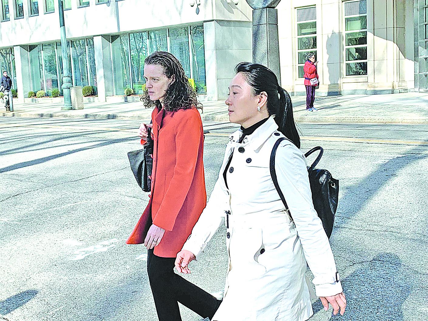 中國女子林英於4月17日在紐約布魯克林的聯邦法院表示認罪,承認她為中國(中共)政府做代理人,違反美國法律。圖為林英(右)和她的律師(左)走出法庭。(大紀元資料圖片)