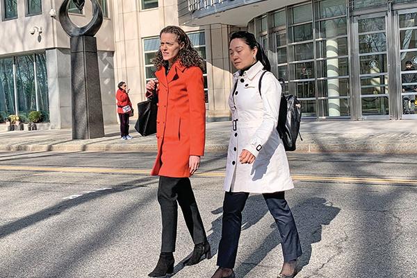 林英(右)17 日認罪後和辯護律師(左)走出法庭。(蔡溶 / 大紀元)