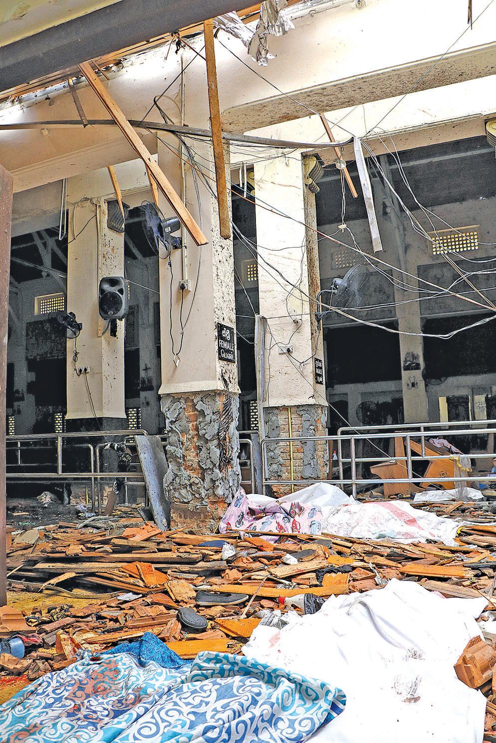 被攻擊教堂內的廢墟和死者遺體。(Getty Images)