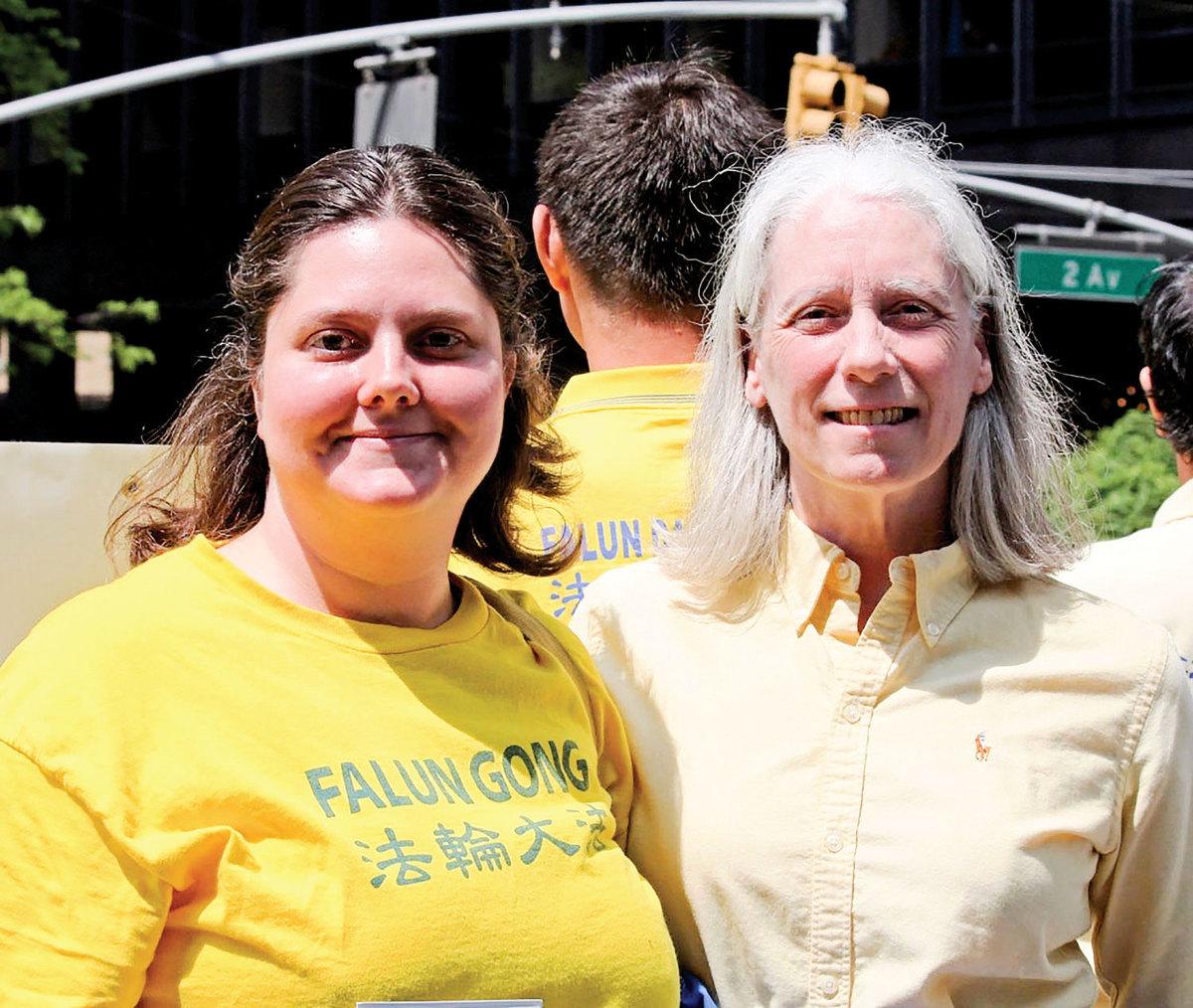 安恩(右)和費城法輪功學員珍妮一同在紐約參加2015年慶祝世界法輪大法日遊行集會活動,傳播真相。(明慧網)