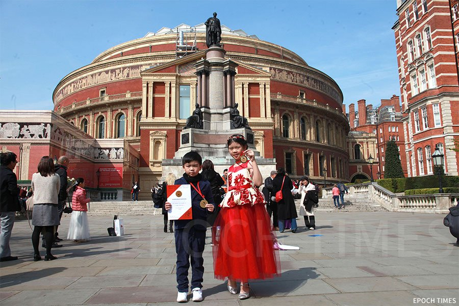 獨具聲樂天份的黃詠彤(右)與弟弟黃綽康均獲得國際音樂比賽Grand Prize Virtuoso英國站個人獨唱獎項。(第一教育提供)
