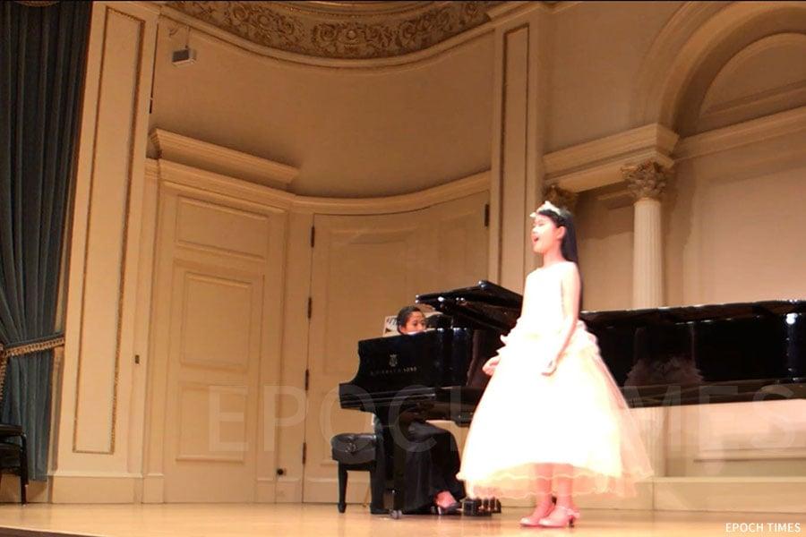 黃詠彤的夢想是在世界各地最著名的古典音樂廳表演。圖為2018年她在美國卡內基音樂廳表演。(第一教育提供)