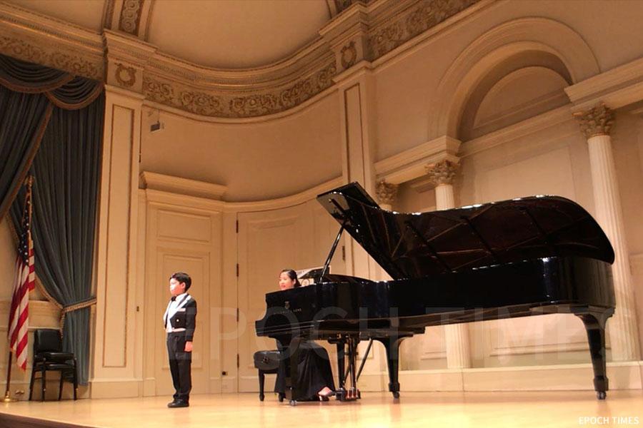 黃綽康是美國卡內基音樂廳有史以來最年輕的聲樂表演者,登台時年僅6歲。(第一教育提供)
