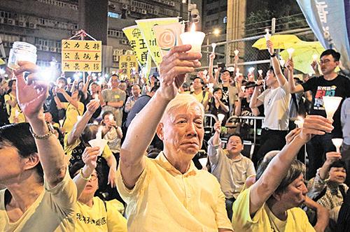 荔枝角收押所外昨晚有千人燭光集會聲援入獄四人,朱耀明也有到場。(蔡雯文/大紀元)