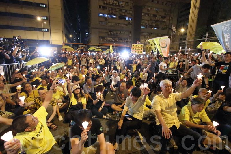 近千名市民昨日參加「燭光撐九子」行動,到荔枝角收押所外,手持蠟燭靜坐。(蔡雯文/大紀元)