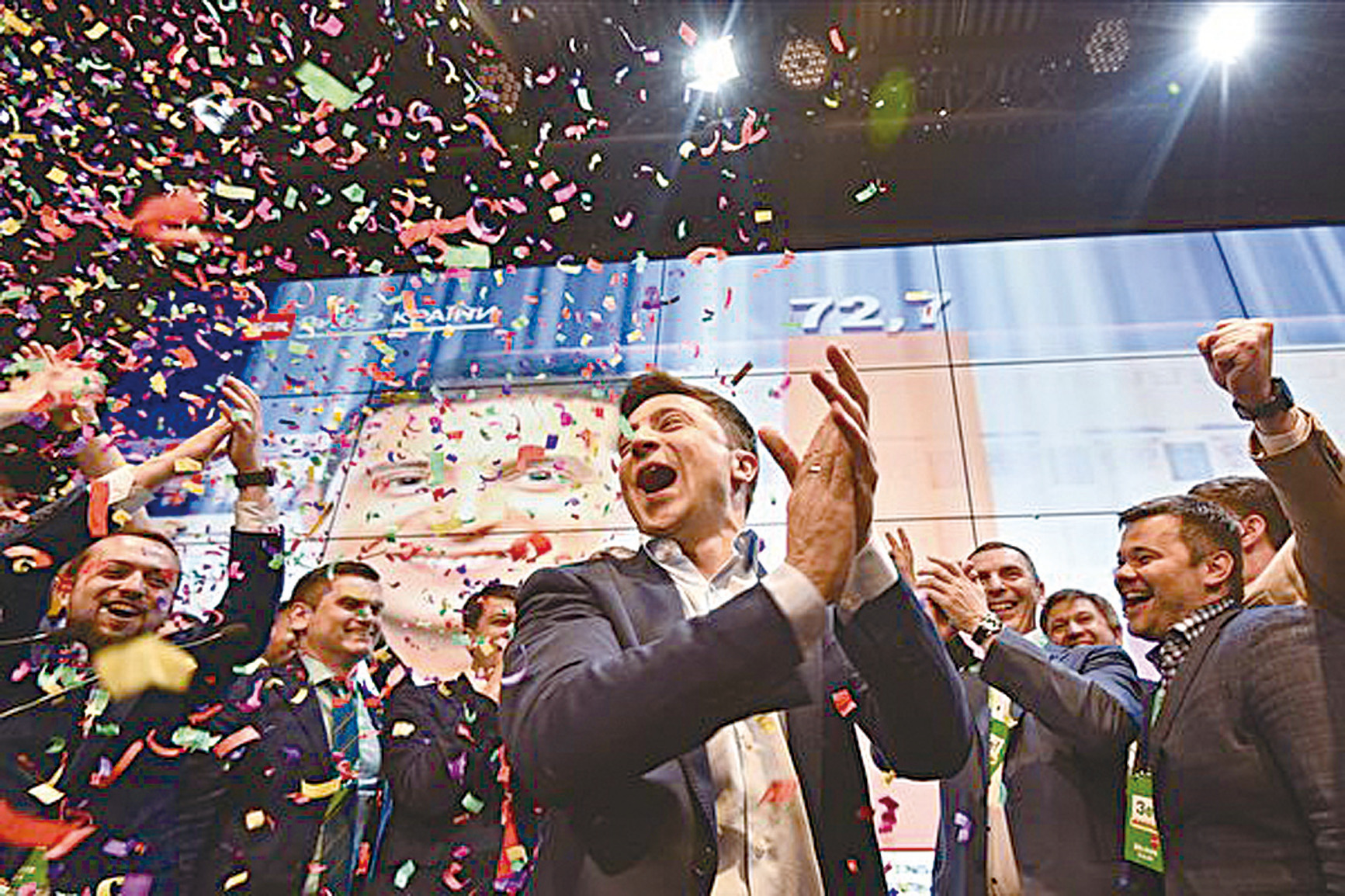 澤連斯基戰勝了上屆總統,成功當選為烏克蘭的新一屆總統。 圖為澤連斯基在首批出口民調結果出來後的喜悅之情。(GENYA SAVILOV/AFP/Getty Images)