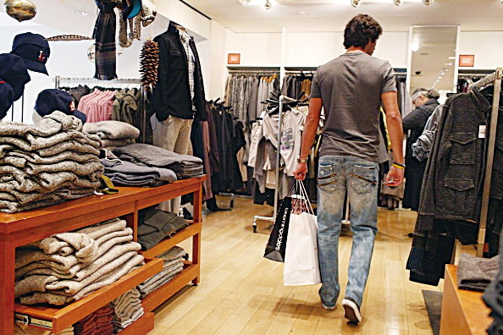 紐約一家服裝店,服裝零售商推出了免燙無皺的襯衫,但消費者可能不知道防皺衣服會散發出甲醛。 (Photo by Spencer Platt/Getty Images)