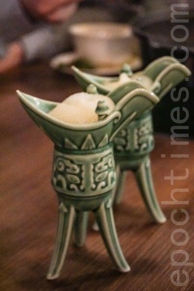 蜜桃沙冰用模仿古代鼎造型酒杯盛載著。