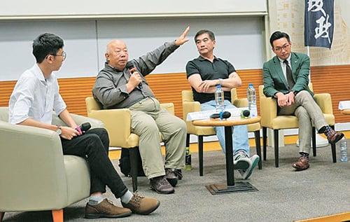 在浸會大學舉辦的《逃犯條例》論壇上,楊岳橋(右一)及羅沃啟(右三)促鍾國斌(右二)聯同其他自由黨議員投票反修訂。(李逸/大紀元)