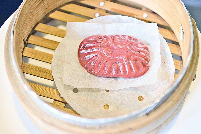 早期台灣的農業社會中,酬神敬天要準備紅龜粿。
