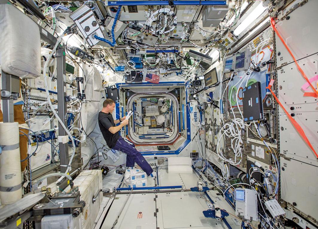 國際太空站的內部空間充滿了各種細菌。(NASA)