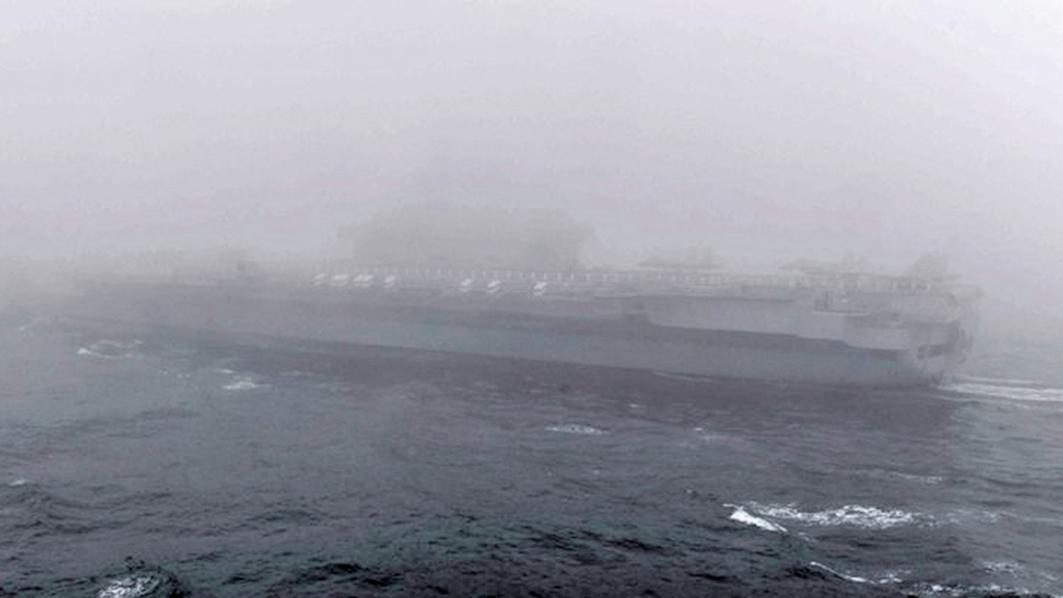23日,青島的天氣非常糟,導致閱兵活動是在陰霾四伏中進行。(影片截圖)