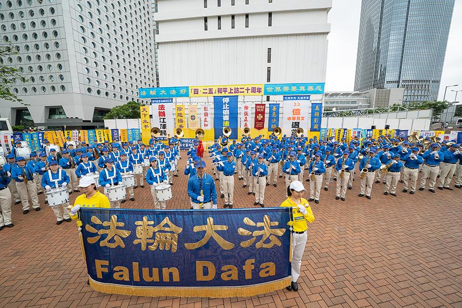 天國樂團在紀念四二五20周年集會上演出。(宋碧龍/大紀元)