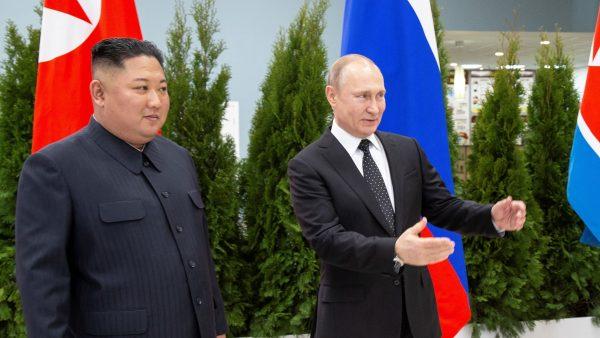 北韓領導人金正恩26日突然提前結束訪問俄羅斯的行程,乘專列返回北韓,引發輿論猜測。(ALEXANDER ZEMLIANICHENKO/AFP/Getty Images)