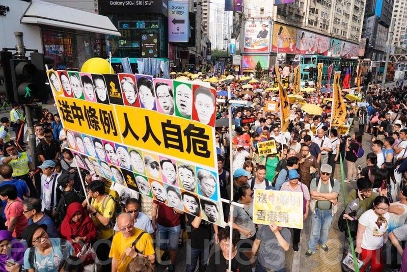 由於參加人數眾多,遊行提早於下午3時40分起步,遊行至金鐘政府總部。(李逸/大紀元)