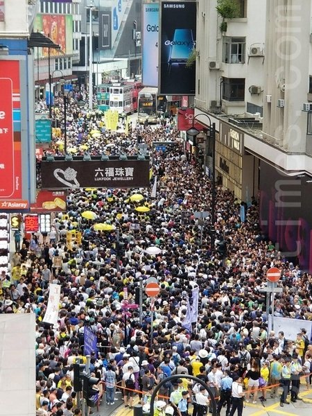 午3時起,大量市民陸續逼滿東角道、駱克道和記利佐治街,銅鑼灣港鐵站內亦出現人潮。(宋碧龍/大紀元)