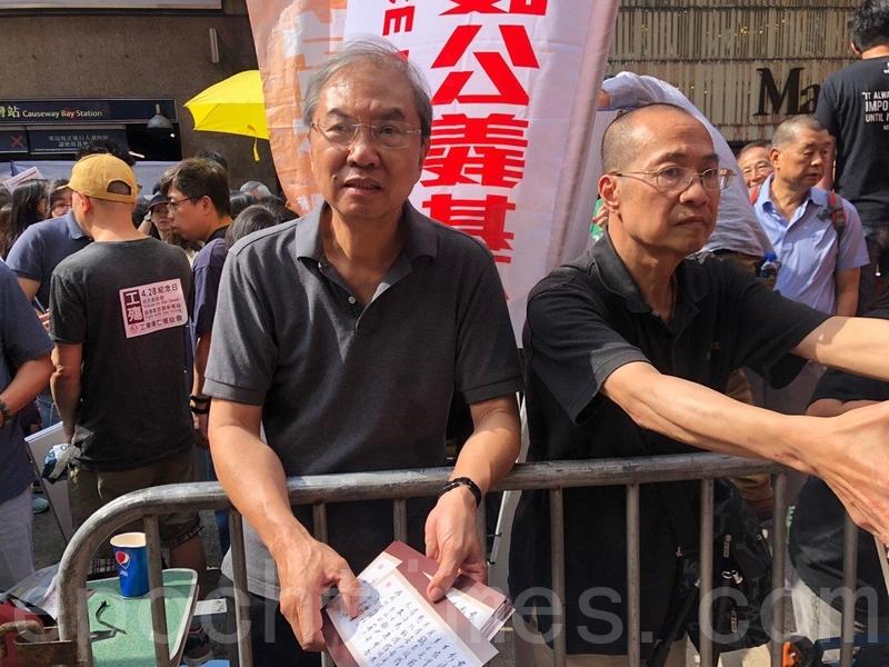 前香港城市大學政治學系講座教授鄭宇碩(左)在守護公益基金街站呼籲市民參加反引渡惡法遊行。(梁珍/大紀元)
