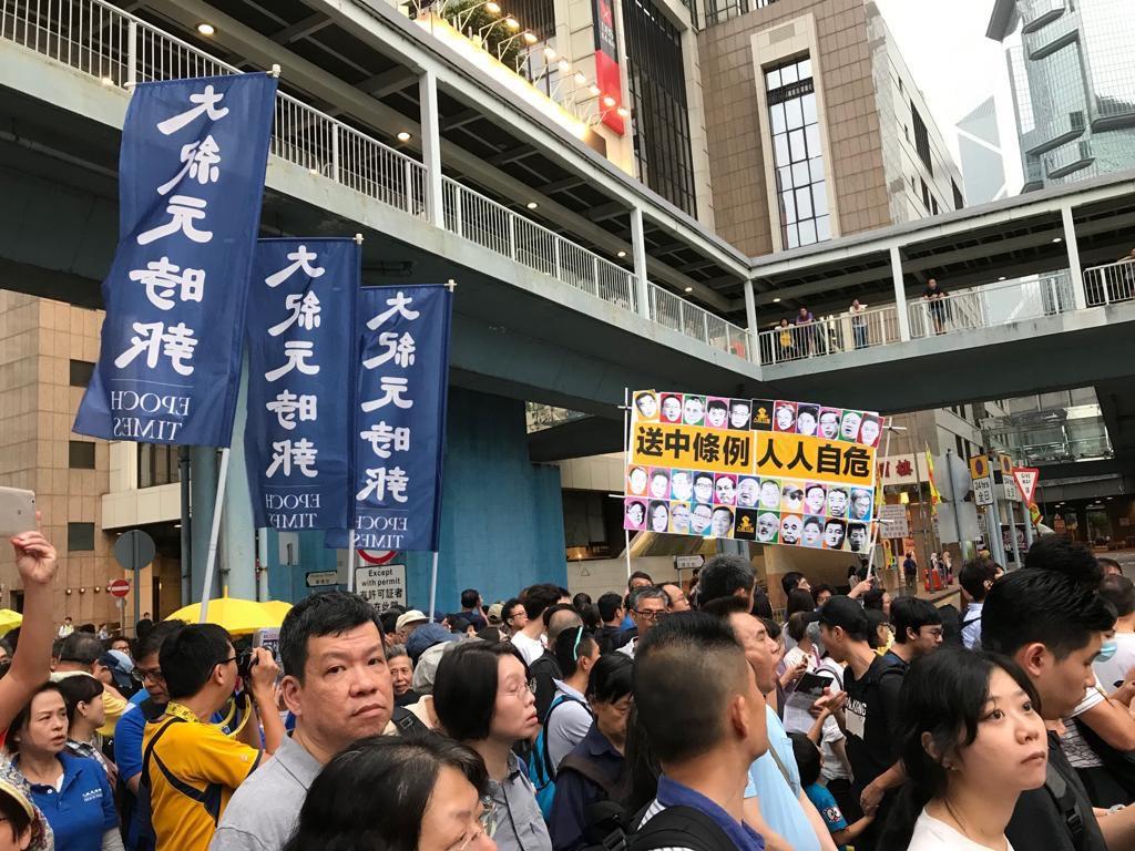 大紀元時報員工上街參與4月28日反引渡惡法大遊行。(Jacqueline/大紀元)