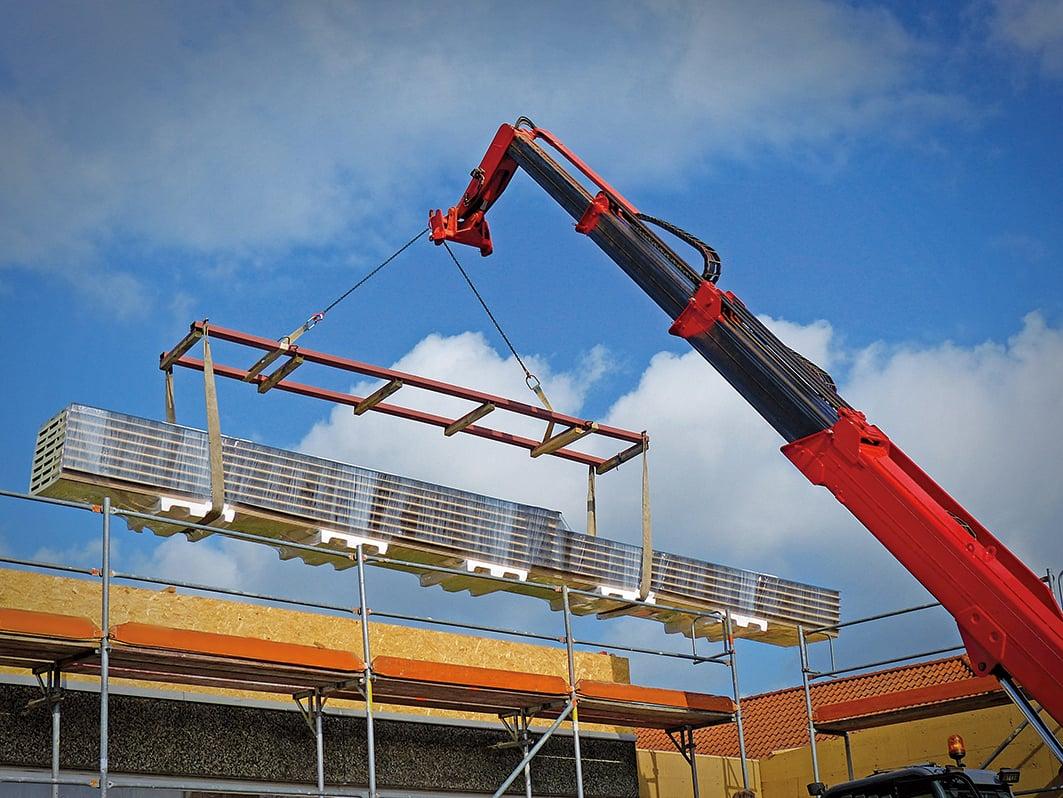現在的建築業幾乎離不開起重機的使用,靠它吊起大水泥塊或其它重型材料。(Creative Commons)