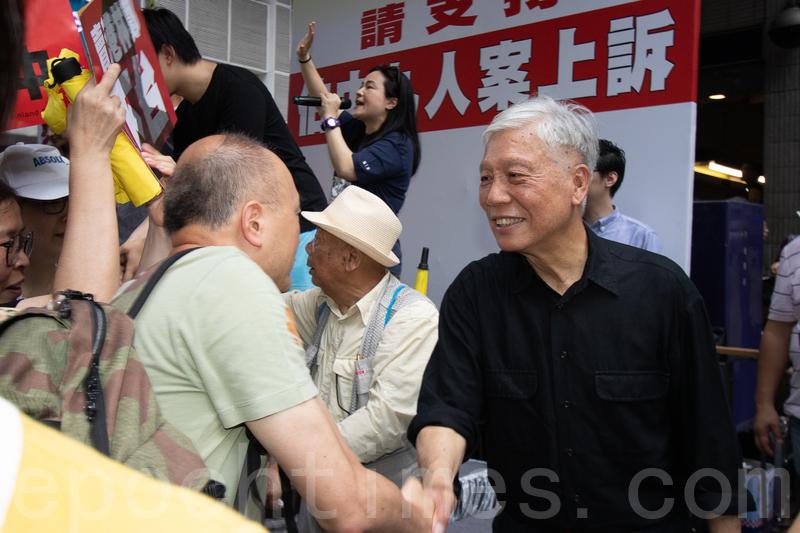 有市民途徑街站時,主動與朱耀明握手。(蔡雯文/大紀元)
