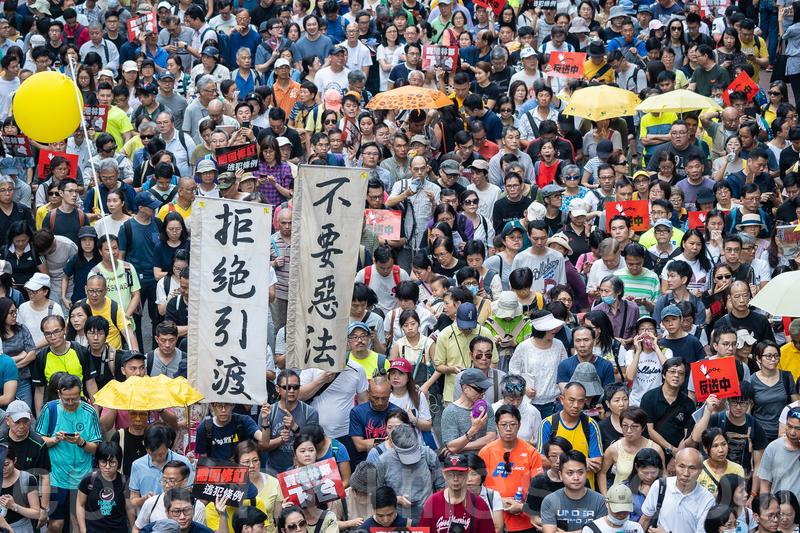 昨日參加反修訂《逃犯條例》遊行人士擠滿街道。(李逸/大紀元)