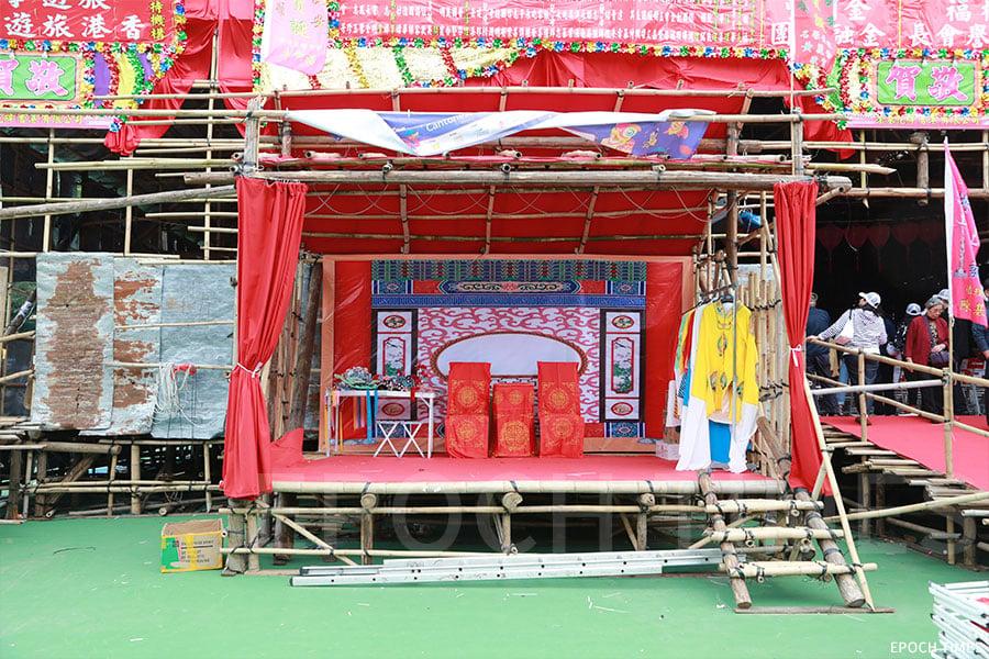 鴨脷洲戲棚中,正門左前方紅色頂的竹棚是陳師傅今次為大會活動親自設計並搭建,頗具特色。(陳仲明/大紀元)