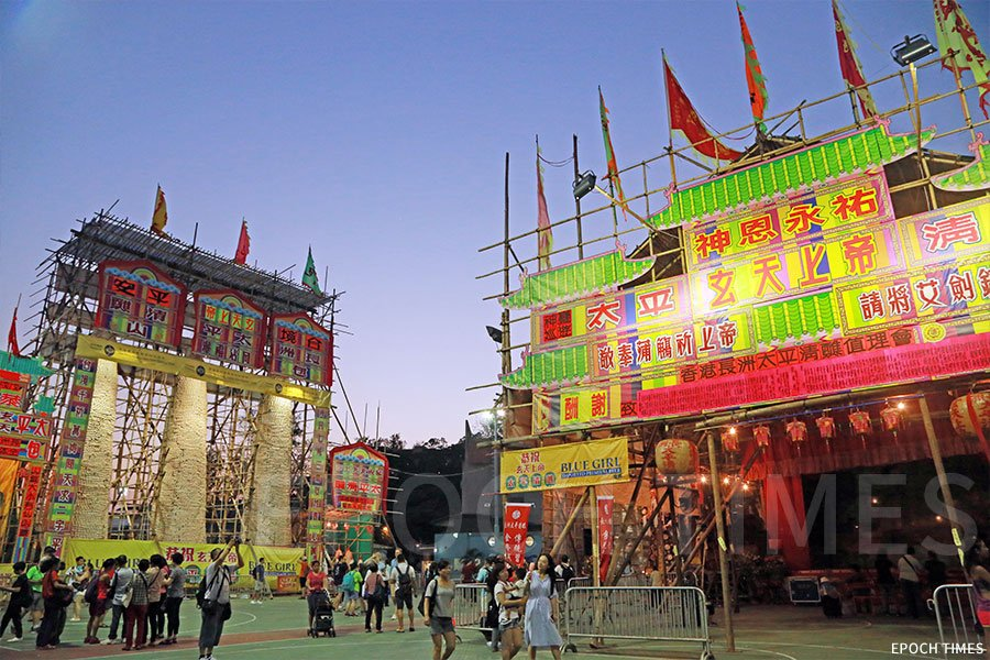 長洲太平清醮擺放三座包山的塔架也是陳煜光的作品。(陳仲明/大紀元)