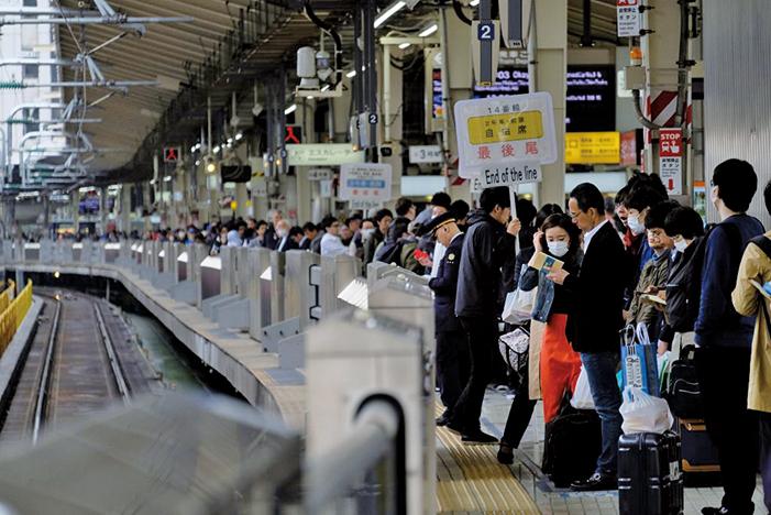 2019年4月27日,日本10天黃金周假期開始,東京火車站擠滿出遊的乘客。(AFP)